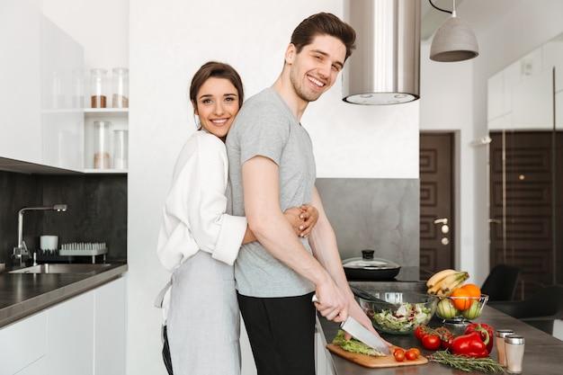 Ritratto di una giovane coppia amorosa che cucina insieme