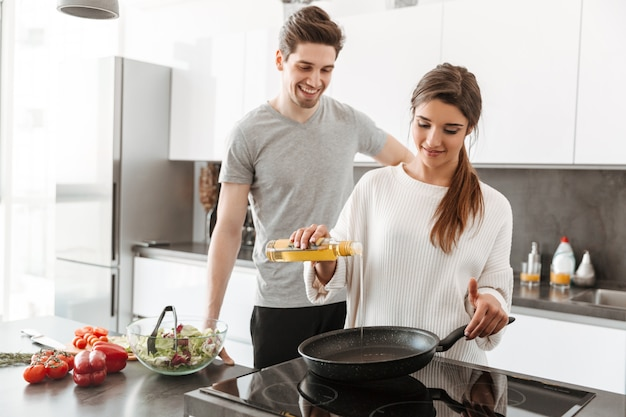Ritratto di una giovane coppia attraente cucinare insieme