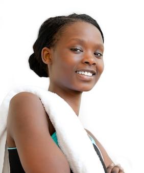 Ritratto di una giovane donna afro-americana dopo allenamento sorridendo a