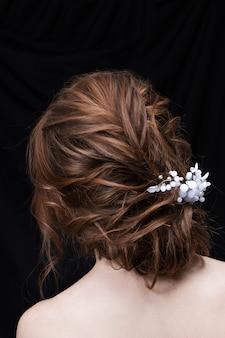 Ritratto di una giovane donna attraente con un taglio di capelli da sposa. vista posteriore.