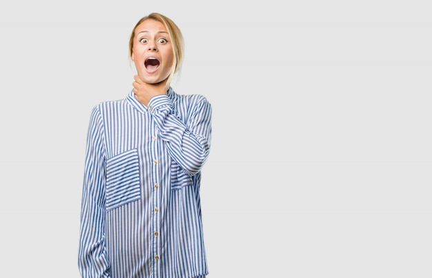 Ritratto di una giovane donna bella bionda preoccupata e sopraffatta, ansiosa sensazione di pressione