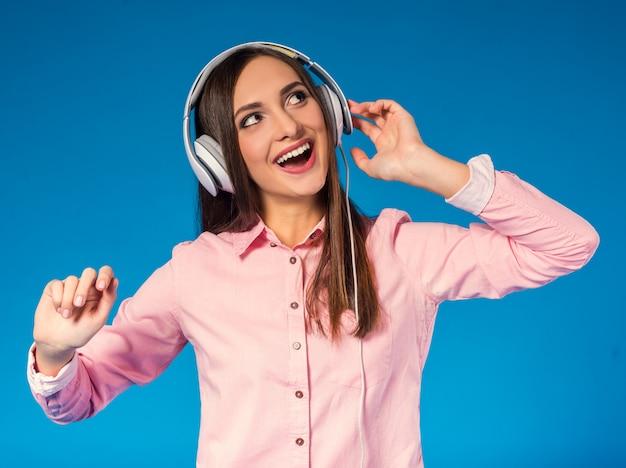 Ritratto di una giovane donna bellissima, ascoltando la musica.