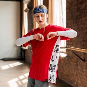 Ritratto di una giovane donna bionda che praticano nello studio di danza