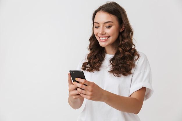 Ritratto di una giovane donna bruna casual sorridente