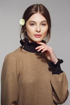 Ritratto di una giovane donna carina in caldo maglione di lana. pulire il bel viso con il trucco naturale.