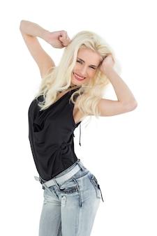 Ritratto di una giovane donna casual felice danza