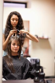 Ritratto di una giovane donna che ha un taglio di capelli
