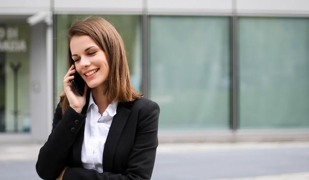 Ritratto di una giovane donna che parla al telefono