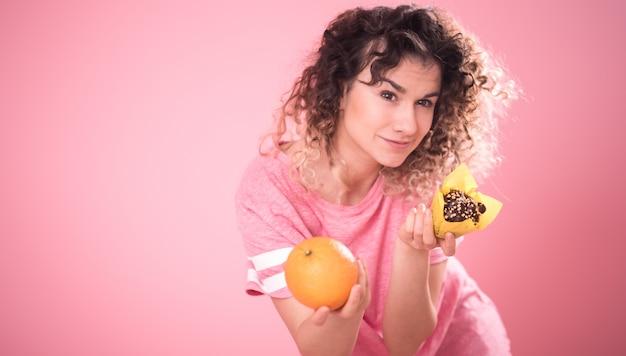 Ritratto di una giovane donna che sceglie il cibo giusto