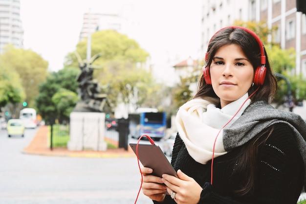 Ritratto di una giovane donna che usa il suo tablet.