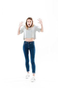 Ritratto di una giovane donna combattuta in piedi e urlando