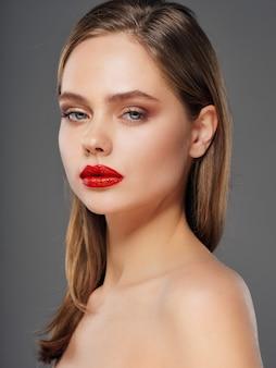 Ritratto di una giovane donna con un bel viso e rossetto rosso