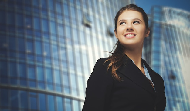 Ritratto di una giovane donna d'affari sorridente