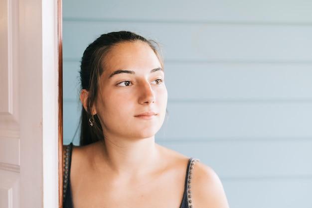 Ritratto di una giovane donna felice in abito estivo