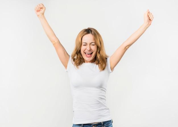 Ritratto di una giovane donna felice isolata su sfondo bianco