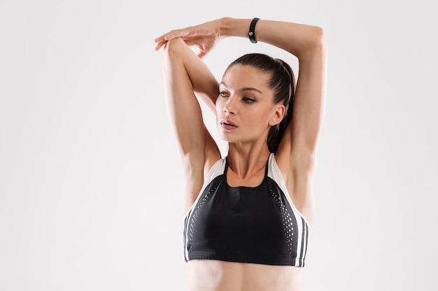 Ritratto di una giovane donna fitness in abiti sportivi da vicino