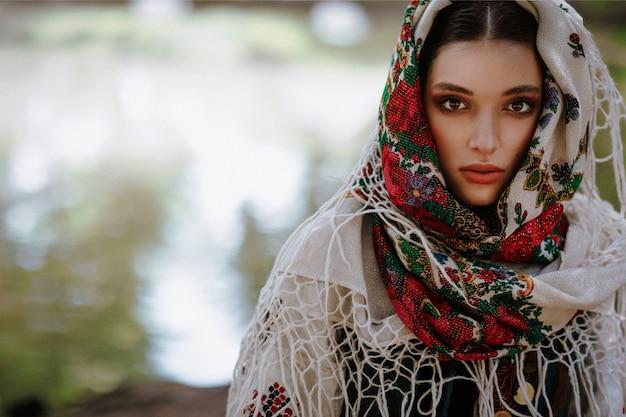 Ritratto di una giovane donna in un abito etnico tradizionale