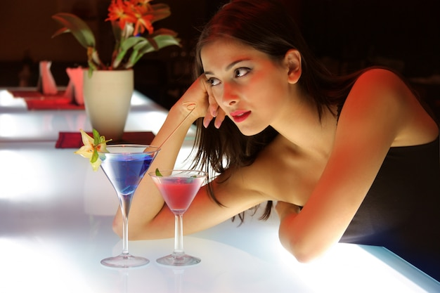 Ritratto di una giovane donna in un cocktail bar
