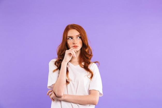 Ritratto di una giovane donna pensierosa in piedi
