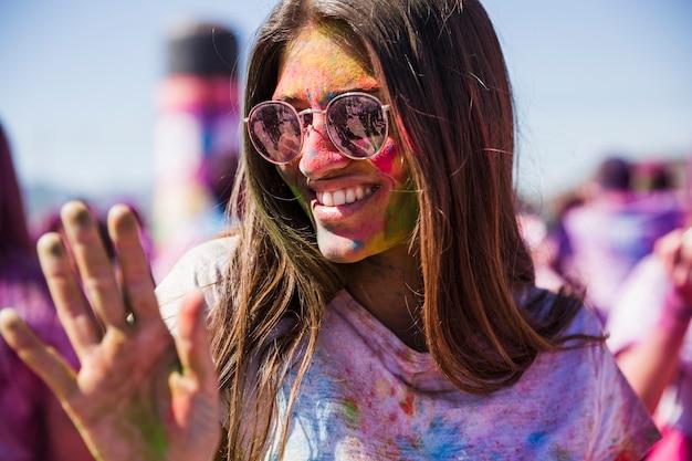 Ritratto di una giovane donna sorridente che gode in holi