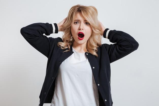 Ritratto di una giovane donna stupita sorpresa che guarda l'obbiettivo