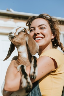Ritratto di una giovane e bella donna con una capra