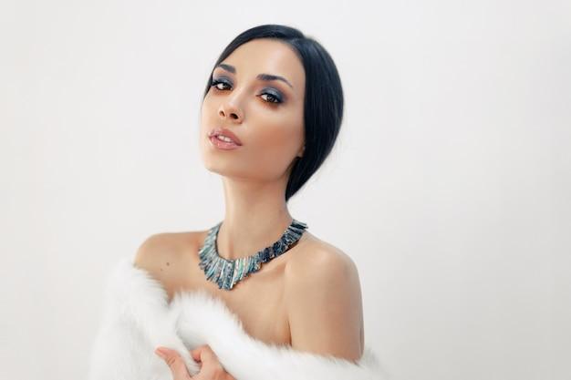 Ritratto di una giovane e bella ragazza caucasica con le spalle nude
