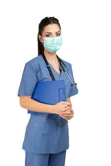 Ritratto di una giovane infermiera mascherata, isolato su bianco