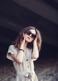 Ritratto di una giovane ragazza alla moda