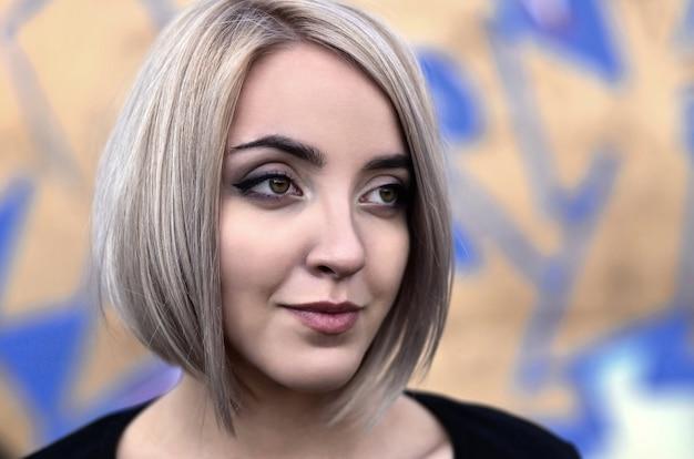 Ritratto di una giovane ragazza bionda con i capelli corti