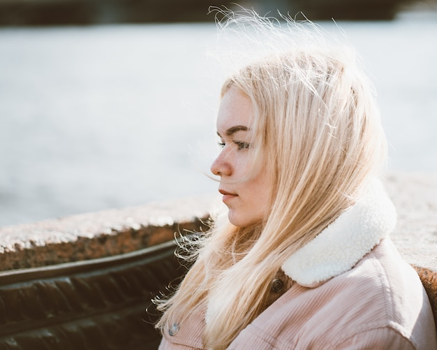 Ritratto di una giovane ragazza, bionda con i capelli decolorati, caucasica. stile scandinavo.