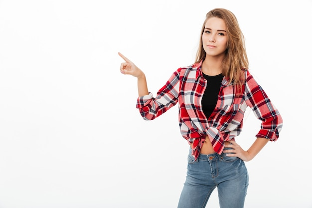 Ritratto di una giovane ragazza casual in piedi camicia a quadri