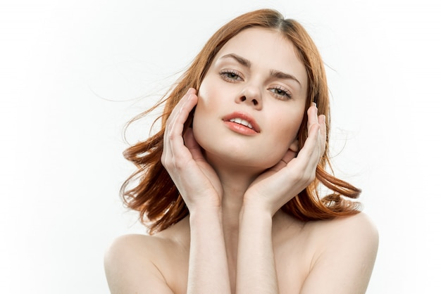 Ritratto di una giovane ragazza con i capelli ricci