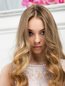 Ritratto di una giovane ragazza con lunghi capelli biondi
