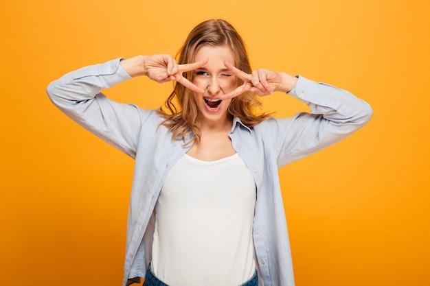 Ritratto di una giovane ragazza felice con le parentesi graffe