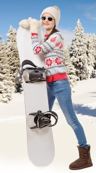 Ritratto di una giovane ragazza felice snowboard con occhiali da sole