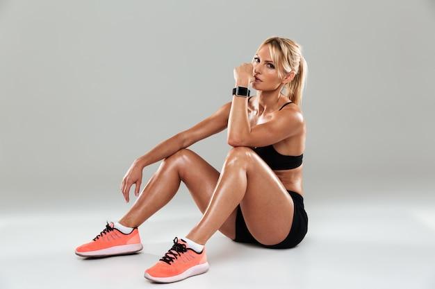 Ritratto di una giovane sportiva bella a riposo