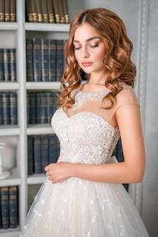 Ritratto di una giovane sposa, bel trucco e riccioli