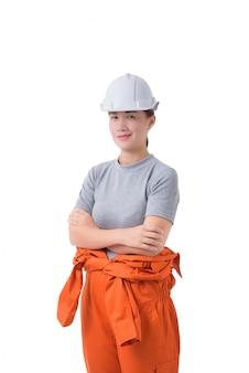 Ritratto di una lavoratrice in tuta del meccanico isolata su bianco