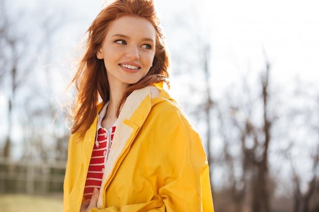 Ritratto di una ragazza abbastanza felice nel godere del cappotto