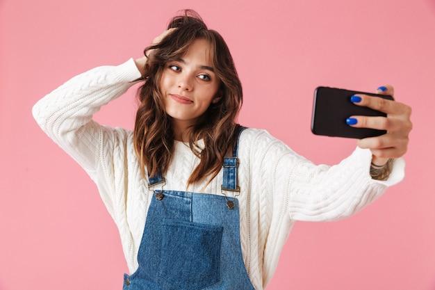 Ritratto di una ragazza abbastanza giovane che cattura un selfie