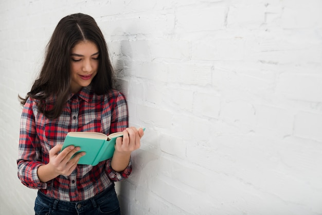 Ritratto di una ragazza adolescente con il libro
