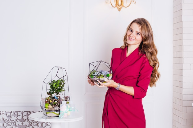 Ritratto di una ragazza all'interno, florari all'interno, soluzioni interne, affari e casa, piante all'interno, abbellimento della casa e spazio