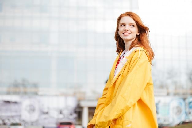 Ritratto di una ragazza amichevole dei capelli dello zenzero in cappotto