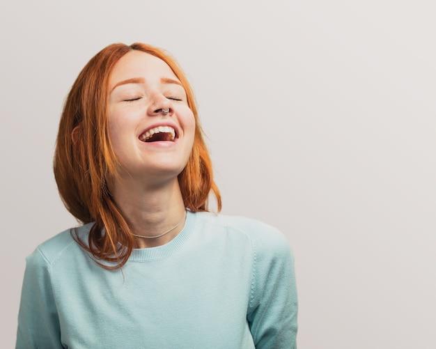 Ritratto di una ragazza bella rossa ridendo