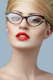 Ritratto di una ragazza bionda che indossa occhiali da vicino