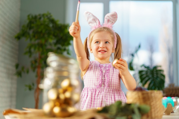 Ritratto di una ragazza carina bambino con orecchie da coniglio