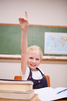 Ritratto di una ragazza che alza la mano