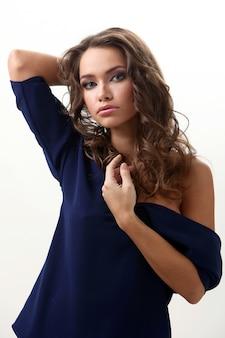 Ritratto di una ragazza che indossa una maglia blu