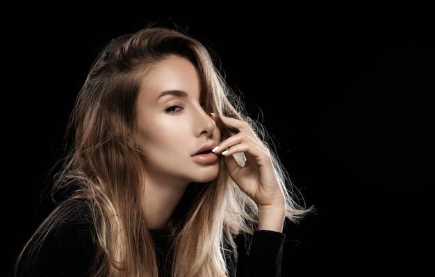 Ritratto di una ragazza con i capelli arruffati. aspetto sexy.
